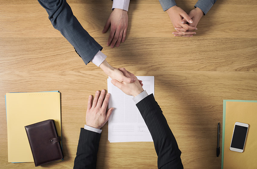 handshake over table_Reisze